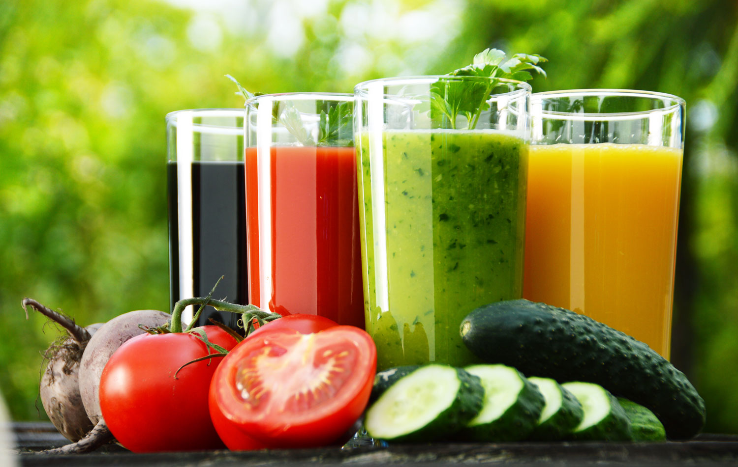 Glasses-with-fresh-vegetable-juices-in-the-garden