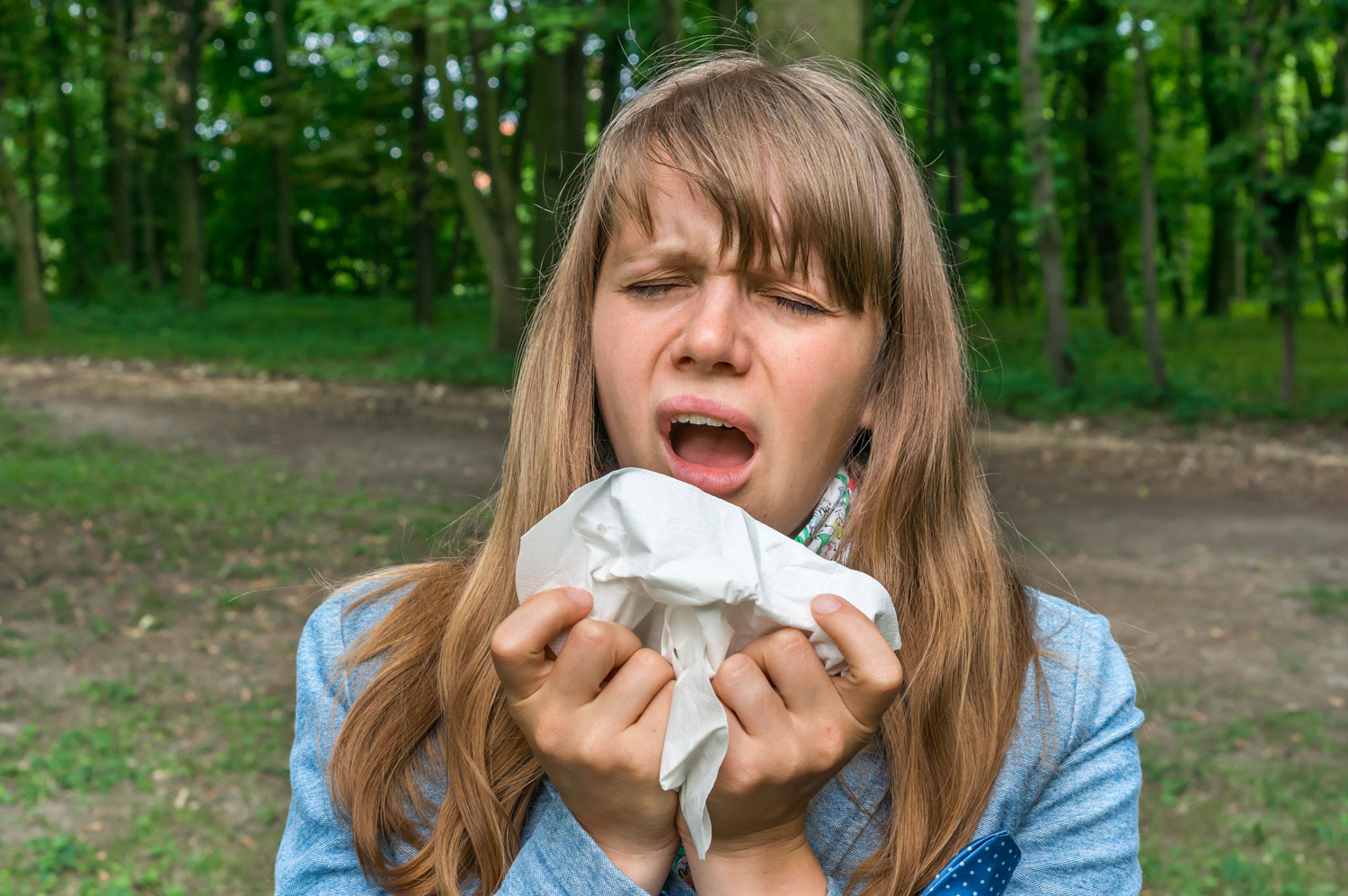 Woman-with-flu-or-allergy-symptoms-in-park